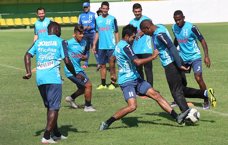 Previo al inicio del entrenamiento, los jugadores tuvieron 15 minutos de relax, jugando al acostumbrado rondo.