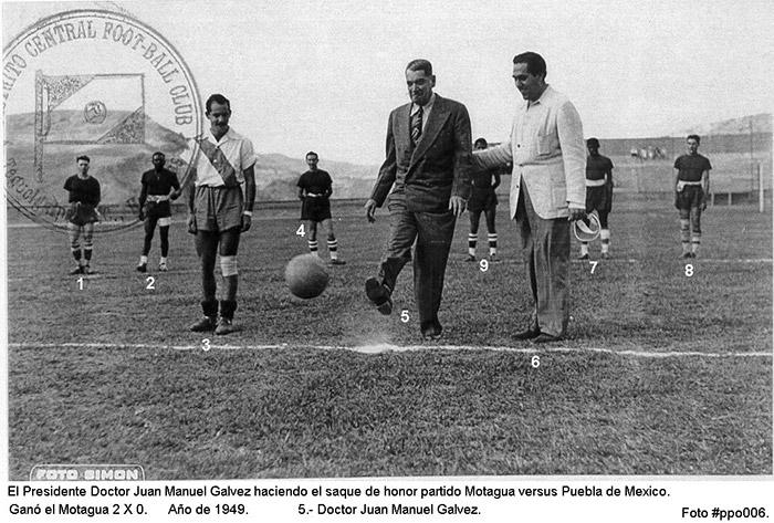 Muchos partidos internacionales en el Nacional, en la gráfica del recuerdo el saque de honor del expresidente Juan Manuel Gálvez en duelo entre Motagua (2) y Puebla de México (0), año 1949.