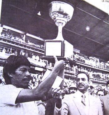 """Ramón """"Primitivo"""" Maradiaga levantó la Copa de campeón de Concacaf en noviembre de 1981 en el estadio Nacional."""