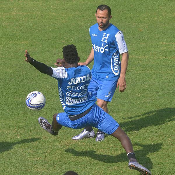 Oliver Morazán llegó a suplir la baja de Bryan Acosta, aquí junto a Alfredo Mejía del Panthrakikos FC.