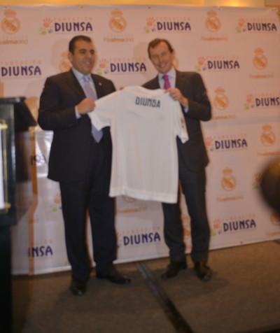 Butragueño obsequió a Mario Faraj, la camisa del Real Madrid.