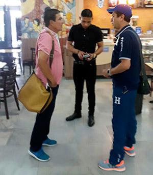 Jorge Luis Pinto dialogando con el gerente Henry Cadenas y Emilio Izaguirre, quien viajó a Escocia.
