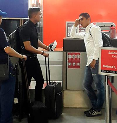 Los primeros en llegar al aeropuerto fueron Emilio Izaguirre y Jorge Claros, quien al igual que Carlos Discua tuvo que esperar unos minutos.