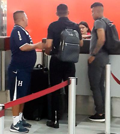 """""""El Chino"""" Carlos Discua no estuvo ni entre los suplentes en el partido que se jugó en el estadio Olímpico; ayer regresó a Costa Rica."""