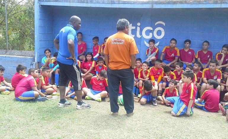 """Momentos cuando """"Primitivo"""" Maradiaga hablaba con los menores de la Academia My Little Shine Star."""